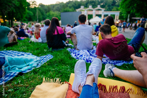 Photo  people watching movie in open air cinema in city park