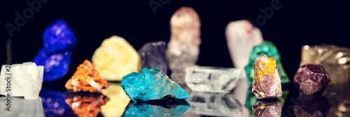 Vielfalt an Heilsteinen, Edelsteinen und Mineralien vor schwarz, Panorama