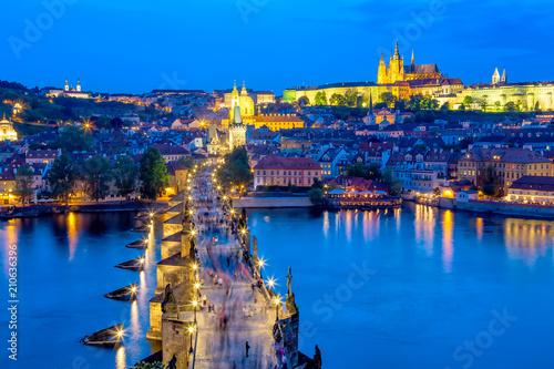 Plakat Widok Charles most, Praga kasztel i Vltava rzeka w Praga, republika czech podczas błękitnej godziny