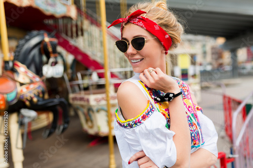 Photo  Portrait Of Beautiful happy hipster woman posing on background of street attractions