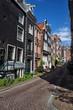 Straße mit typischen Häusern in der Innenstadt von Amsterdam, Niederlande.
