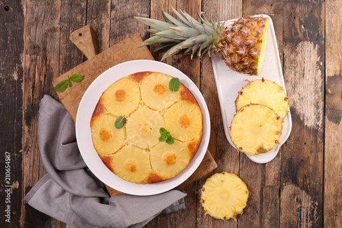 Photo  pineapple cake on wood background