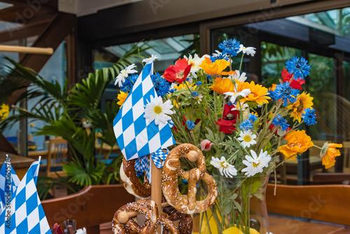 Türaufkleber Weltkarte Blumenstrauß mit blau weißer Fahne und Brezen
