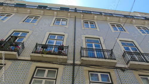 Típica fachada de azulejos de una casa vista desde abajo en Lisboa, Portugal