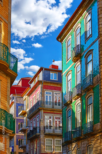 Fotografía Porto, Portugal. Traditional houses with walls, covered