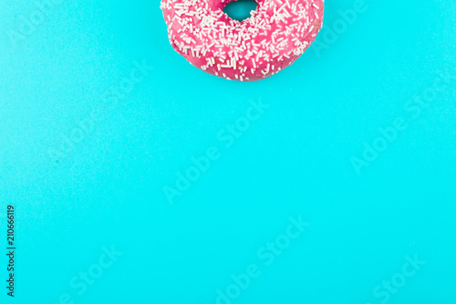 Photo  one pink isolated donut on a mint background