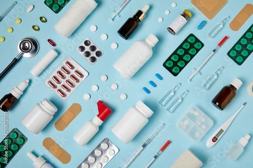Foto  Voller Rahmen schoss von zusammengesetzten verschiedenen medizinischen Bedarfen