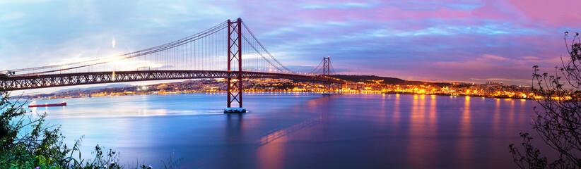 Fotografía panorámica de Puente de 25 de Abril sobre el rio Tajo en Lisboa,Portugal.
