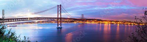 Fotografía panorámica de Puente de 25 de Abril sobre el rio Tajo en Lisboa,Portugal Wallpaper Mural