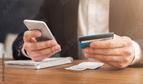 Fotografía  Man making online shopping by smartphone