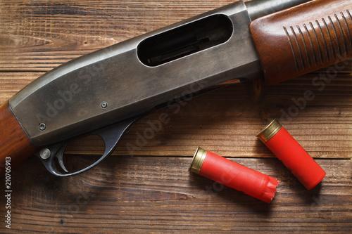 Cuadros en Lienzo 12 gauge pump action shotgun on wood detail and shells.