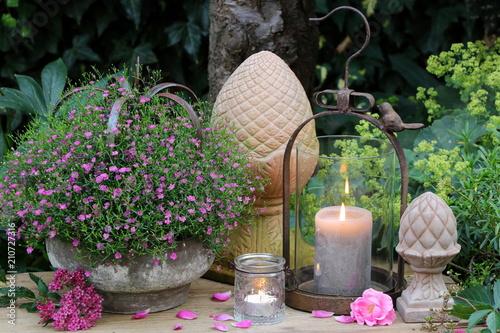 Fotografie, Obraz  Gartendekoration mit Kerzen und Sommerblumen