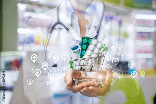 Fotografia  Shopping cart with drugs in the hands of a physician .