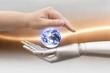 canvas print picture - Menschliche Hand und Roboter Hand halten die Erdkugel