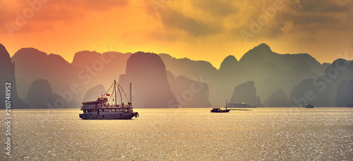 Halong bay boats,Sunset at Ha Long Bay scenic view , Hanoi, Vietnam , Southeast Fototapete