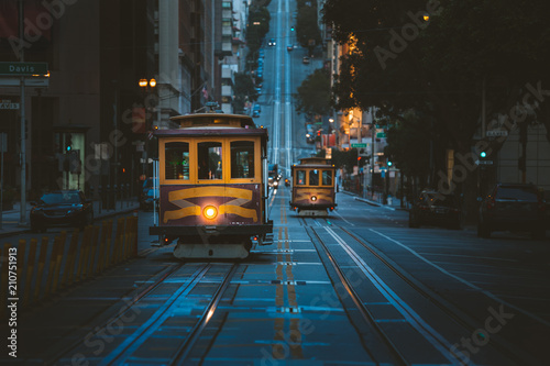 Fotobehang Amerikaanse Plekken San Francisco Cable Cars at twilight, California, USA
