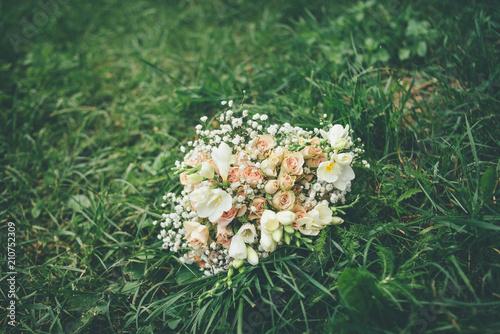 Poster Bloemen wedding bouquet on the green grass