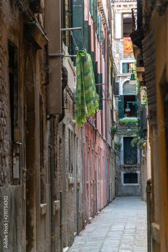 Poster Smal steegje Narrow street in Venice Italy