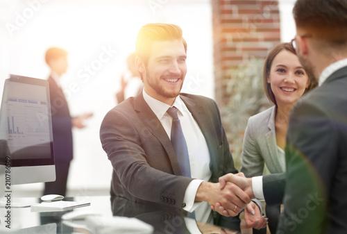 Staande foto Hoogte schaal happy man introducing businesswoman to business partners