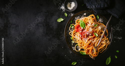 Stickers pour porte Magasin alimentation Dark plate with italian spaghetti on dark