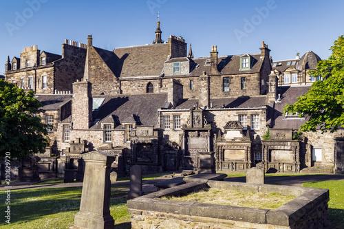 Fotografía The grounds of Greyfriars Kirk, a church in Edinburgh Old Town, Scotland, UK