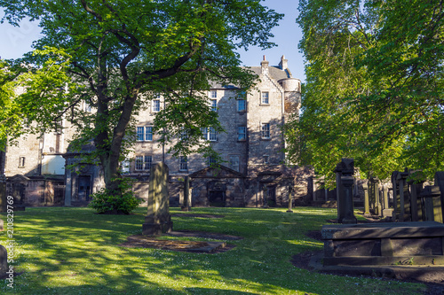 Fotomural The grounds of Greyfriars Kirk, a church in Edinburgh Old Town, Scotland, UK
