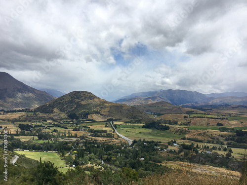Spoed Foto op Canvas Wit New Zealand Farmland Mountains