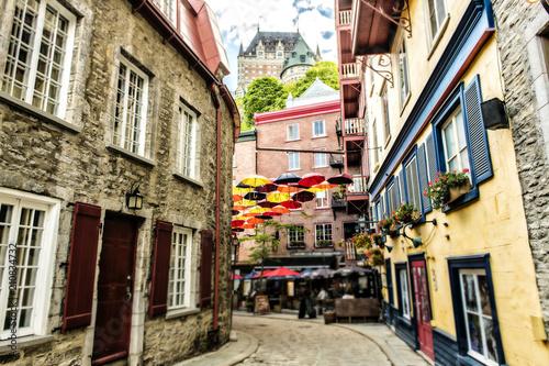 Naklejka premium Wiele parasoli na ulicy Petit Champlain w mieście Quebec w Kanadzie
