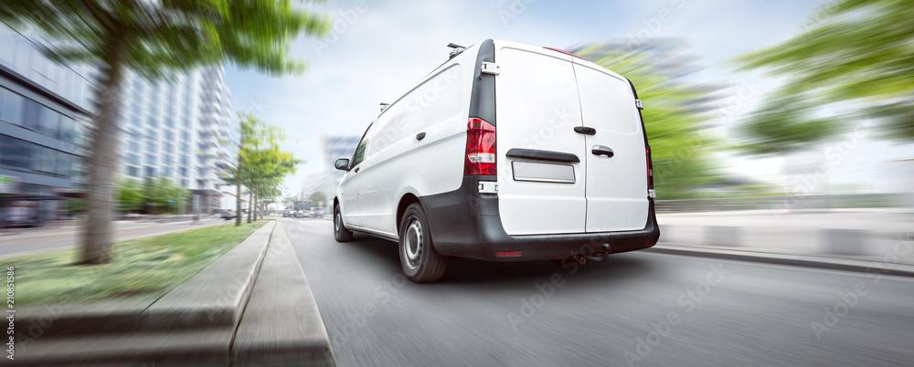 Fototapeta Kleintransporter unterwegs in der Stadt