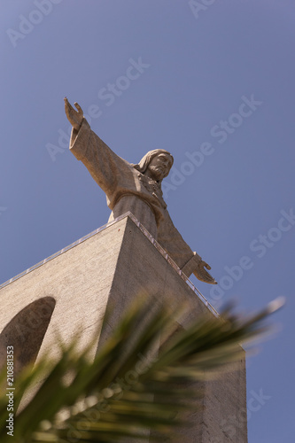 Photo  Statue Cristo Rei in lisbon - with palm tree.