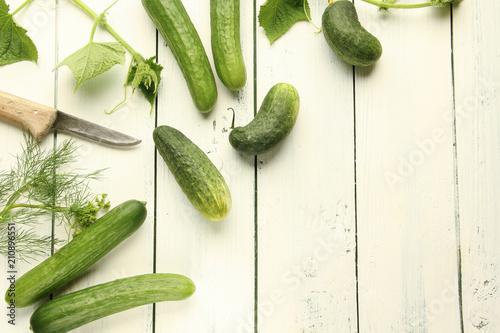 Gurken ernte verschiedene Tisch Overhead Einlegegurken Salatgurke Schmorgurken