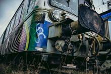 Wagons Couverts De Graffitis Dans Gare Désaffectée