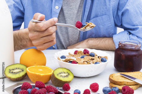Papiers peints Londres spoon with cereals and fruits, breakfast and healthy snack