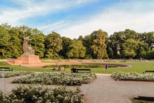Fototapeta premium Opoczynek przed pomnikiem Chopina w letni wieczór