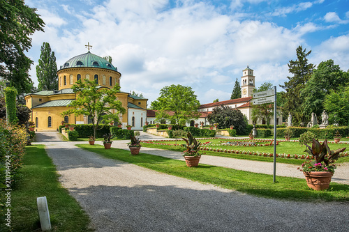 Fotobehang Begraafplaats Munich, Germany - June 09, 2018: Chapel of famous West cemetery of Munich, Germany with historic gravestones