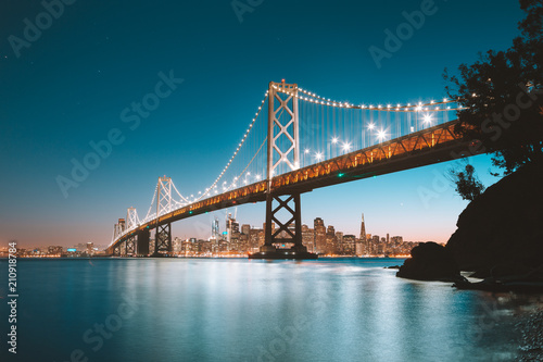 Plakat San Fransisco linia horyzontu z zatoka mostem przy zmierzchem, Kalifornia, usa