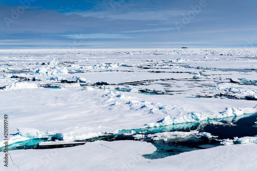 Ice landcape on the water in Arctic Canvas-taulu