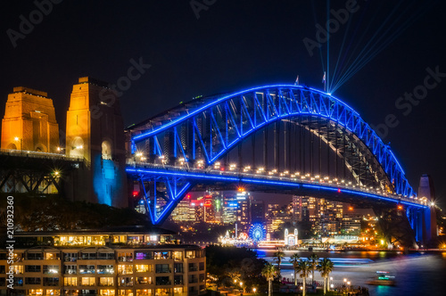 Fotografía  Sydney Harbour Bridge dressed in Vivid Blue Color -New South Wales, Australia