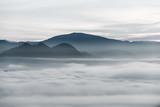 Mgła nad lasem w minimalistycznej fotografii - 210936960