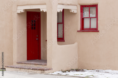Fototapeta premium Czerwone drzwi i czerwone ramy okienne w centrum Santa Fe w Nowym Meksyku