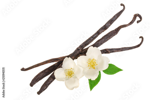 Cuadros en Lienzo  Vanilla sticks with flower and leaf isolated on white background