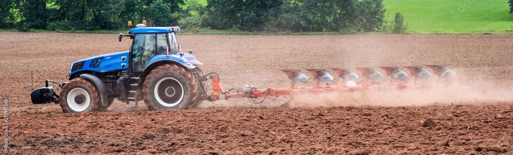 Fototapeta Panorama Agrarwirtschaft Traktor beim umpflügen