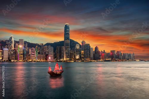 Foto op Aluminium Hong-Kong Blick auf den Victoria Harbour und die beleuchtete Skyline von Hong Kong nach Sonnenuntergang