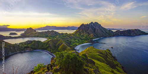 Foto op Plexiglas Eiland Panoramic view of majestic Padar Island during magnificent sunset.