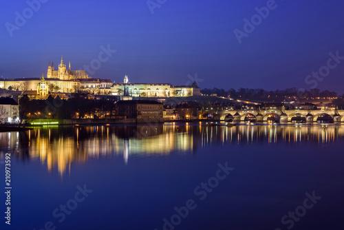 Photo  Prague Castle and Charles Bridge at night blue hour