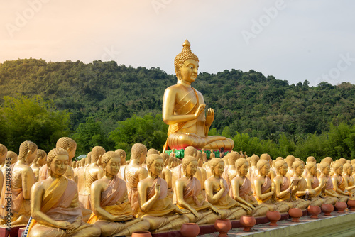 Foto  Many golden buddha statue