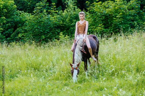 Cuadros en Lienzo Beautiful woman on a horse