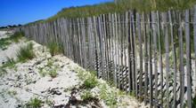 Barrière En Bois,sur La Dune De Sable,en Bretagne