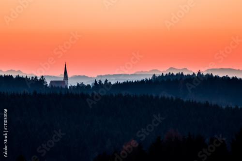 Plakát  Kirche im Abendrot vor Alpenkulisse