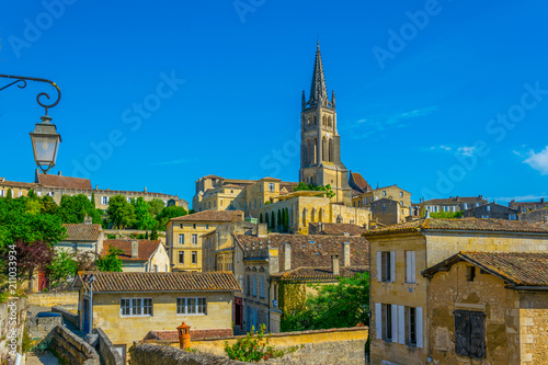 Aerial view of French village Saint Emilion dominated by spire of the monolithic Fototapet